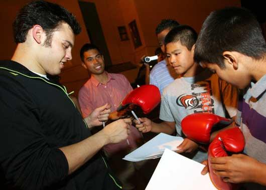 ファンにサインするフリオ・セサール・チャベス・ジュニア